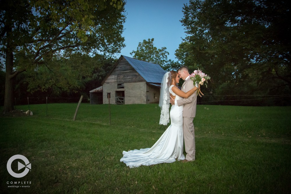 wedding photos at rustic wedding venue in kansas city